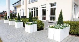 When it comes to designing garden and terrace spaces at home, plant boxes are a popular choice, also as a way of adding a splash of green away from flower beds. With their modular planters from the 'Line' range, the company Richard Brink offers a sophisticated system that appeals through its quick assembly and high stability.