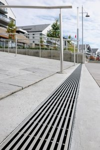 The stainless steel look of the gratings blends in harmoniously with the rails used on the ramps and creates charming contrasts with the adjoining concrete and paved surfaces.