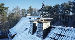 The company Richard Brink offers custom-made chimney caps that are easy to install and effectively protect the chimney against wind and weather while visually enhancing the chimney.