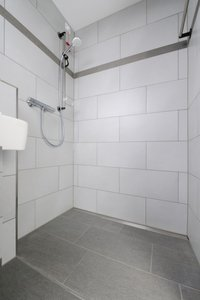 The renovation of several areas of the hospital also covered 96 patient rooms including bathrooms. Employees of PA-BRA GmbH & Co. KG used shower channels and gratings from the company Richard Brink as part of their dewatering solution.