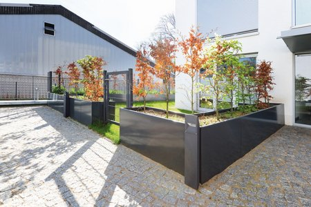 Aluminium raised beds produced by the company Richard Brink create natural enclosures through their planting and act as partitions between private and public areas.