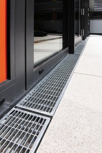 Mesh gratings made of hot-dip galvanised steel fit the channels perfectly. They have no problem withstanding the loads encountered during the course of the school day and appeal through their elegant, timeless design.