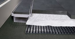 The company Richard Brink has rounded off its product portfolio with drain mats for outdoor areas. The new products guarantee quick and comprehensive drainage on roofs, balconies and terraces.