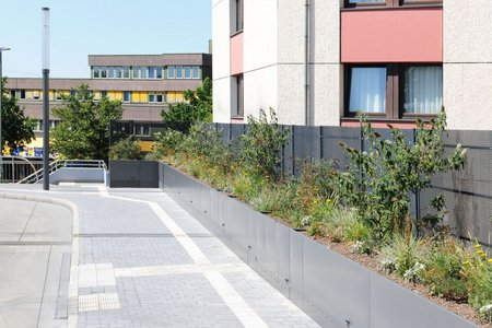 The metal products manufacturer delivered a total of 210 running metres of custom-made raised beds with powder coating. The precisely-fitting segments ensured a smooth installation.