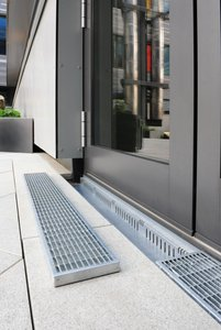 Especially in front of the entrance areas and glass façade of the school canteen, Stabile drainage channels make sure that accumulating water is efficiently drained away.