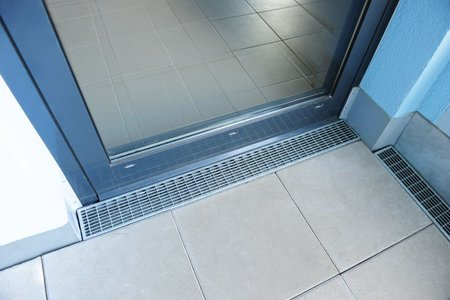 The custom Hydra and Stabile drainage channels are used on all floors in the level thresholds of the entrance doors.