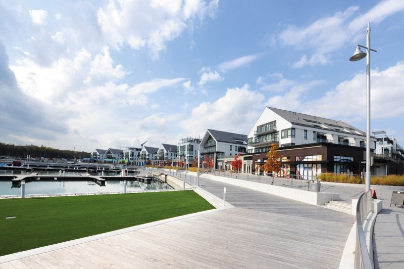 The residential district and marina that has emerged beside Lake Simcoe in Ontario, Canada, is characterised by a modern lifestyle on the one hand and a sustainable and environmentally friendly structure on the other.
