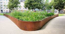 Residents of Duisburg's Neudorfer Markt can now enjoy a redesigned green space, where a raised bed installed by the company Richard Brink makes for a striking visual feature.