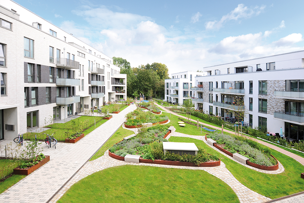 The Tarpenbeker Ufer in Hamburg's Groß Borstel district appeals as a modern residential quarter that is close to nature yet still central. Raised beds from the company Richard Brink play an important role in the quarter's landscape design.